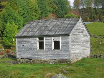 Nedre Fjedle School House in Suldal, before it was torn down in 2008. When such modest school houses were abandoned, little attention was given to their possible preservation as cultural relics – or to their upkeep. In Suldal, Rogaland County, about half of such buildings are dilapidated or have been demolished. (Photo reproduced courtesy of Leidulf Mydland/NIKU)