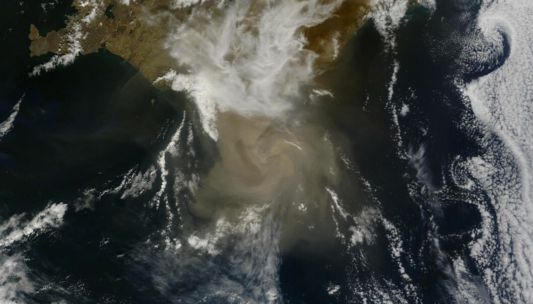 NASA MODIS satellite image acquired at 05:15 UTC on May 22, 2011 shows the plume casting shadow to the west. (Photo: NASA/GSFC/Jeff Schmaltz/MODIS Land Rapid Response Team)