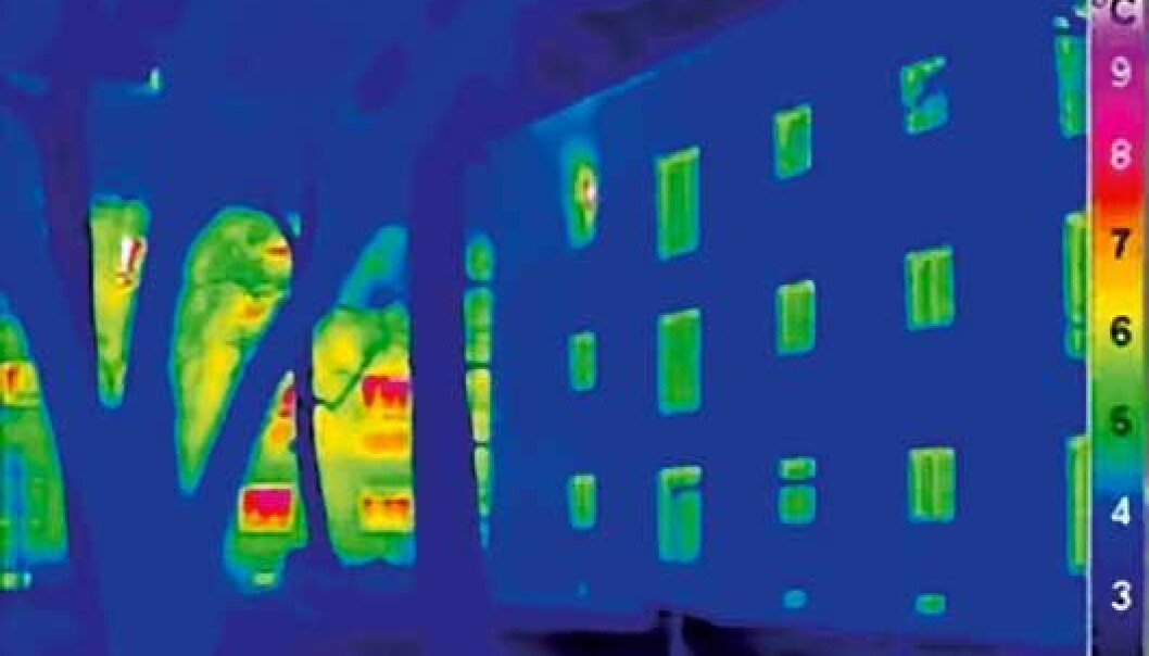 Infrared photo which shows heat radiation from the walls of a passive house (right) and a typical house (left). More radiation gives higher temperatures. (Illustration: Passivhaus Institut)