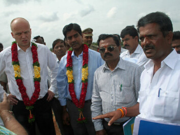 Norwegian Minister of Agriculture Trygve Slagsvold Vedum (left) listens as farmer K. Venkata Reddy (far right) explains how peasants get their water. The local reservoir has been getting insufficient amounts of water for several years. Bioforsk's Udaya Sekhar Nagothu is at Vedum's side. (Photo: Asle Rønning)