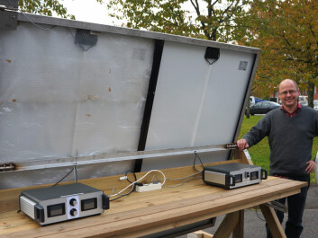 Solar cell output becomes more efficient with lower temperatures. Assistant Professor Espen Olsen demonstrates this here − the right side of the solar cell is cooled with a fan while the left is covered in plastic. (Photo: Arnfinn Christensen)