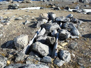 Old graves can still be found many places on Svalbard. Here is a grave at Virgo Harbour, not far from Smeerenburg. (Foto: Linn Sollied Madsen)