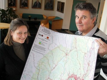 Guri Ganerød and Jan Steinar Rønning with an analogue version of their map, now available on NGU's web pages. (Photo: Andreas R. Graven)