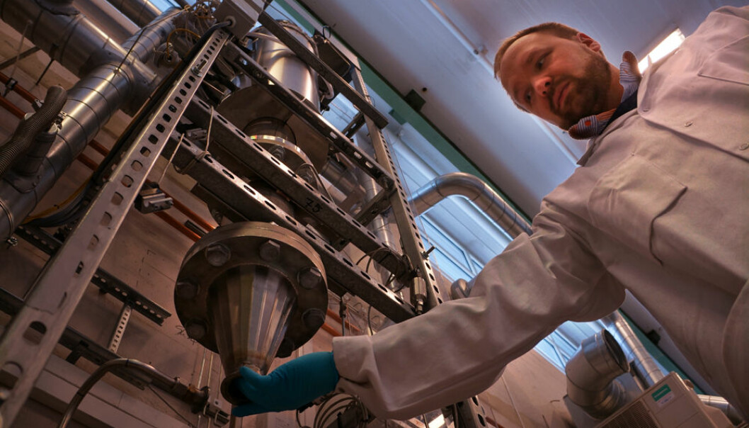 Research Scientist Werner Filtvedt collects silicon powder from the freespace reactor at the Institute for Energy Technology Kjeller, on the outskirts of Oslo. (Photo: Arnfinn Christensen, forskning.no)