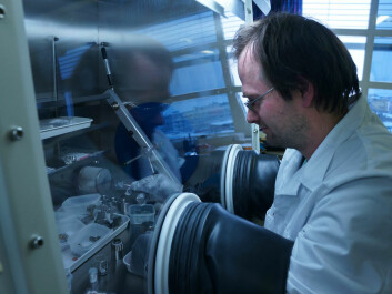 Senior Researcher Jan Petter Mæhlen working with silicon nanopowder in a cabinet filled with an inert gas. The gas prevents the silicon from reacting with the air. (Photo: Arnfinn Christensen, forskning.no)