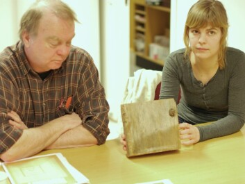 Terje Thun and Helene Løvstrand Svarvas display the annual rings on a piece of wood from the Stave storehouse. (Photo: Hanne Jakobsen)