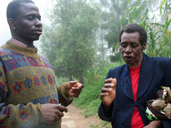 George Msalya of Sokoine University of Agriculture converses with Leokida Leo Kilegu, who heads a co-op of dairy farmers in the town of Nyandira. (Photo: Asle Rønning, forskning.no)