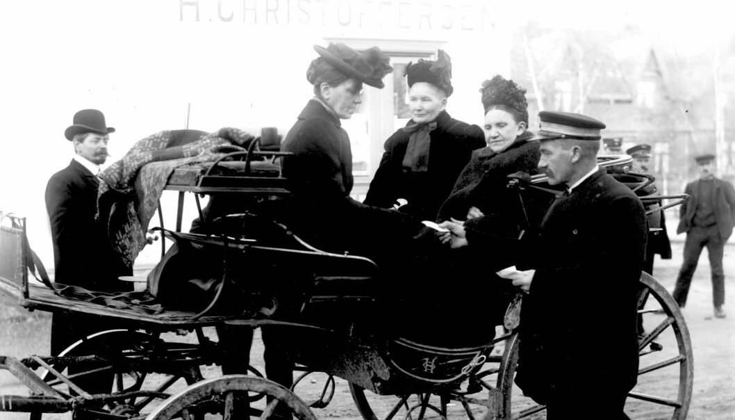 Bourgeoisie women from the upper and middle classes were allowed to vote at the general election in 1909. This photo shows women on their way in to the polling station to give their first vote. (Foto: Wilse, Anders Beer / Norsk Folkemuseum)