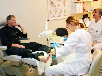 Foot therapist Ingeleiv Rafdal Falkeid treats Ammund Vestbøstad's feet. At right is Olaug Beathe Wiig, a nurse who specialises in diabetes treatment at the Stavanger University Hospital's Section of Endocrinology. (Photo: Linn Herredsvela)