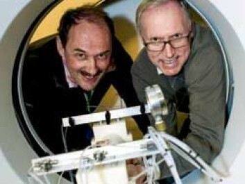 Sandstone can crack if it is filled with too much CO2. To be certain that this will not happen, NTNU Professors Martin Landrø and Ole Torsæter take X-rays of sandstone while it is being pumped full of CO2. (Photo: Ole Morten Melgård/NTNU Info)