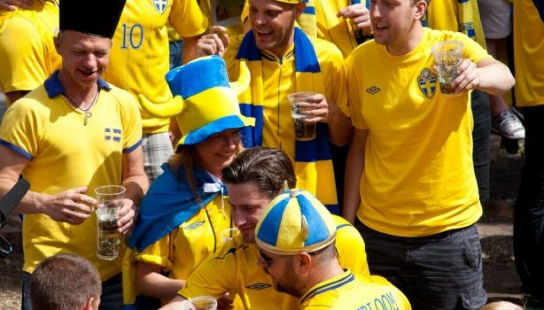 Swedish men are most likely to binge drink with friends − often in connection with sporting events. Friends, beer and a soccer match seem to be a triple-crown combination. (Photo: Colourbox)