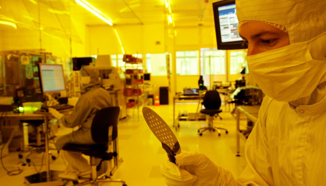 Researcher Matthieu Lacolle holding the silicon wafer. (Photo: Sintef)