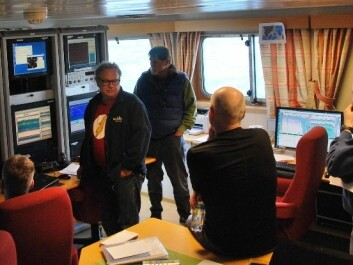 What do the colours on the screen mean? Participants on the voyage discuss what they see on the echo sounder displays in the ship's control room. From left: Jan Arne Vågenes, Martin Dahl, Peter Wiebe, Webjørn Melle and Tor Knutsen. (Photo: Hanne Østli Jakobsen)