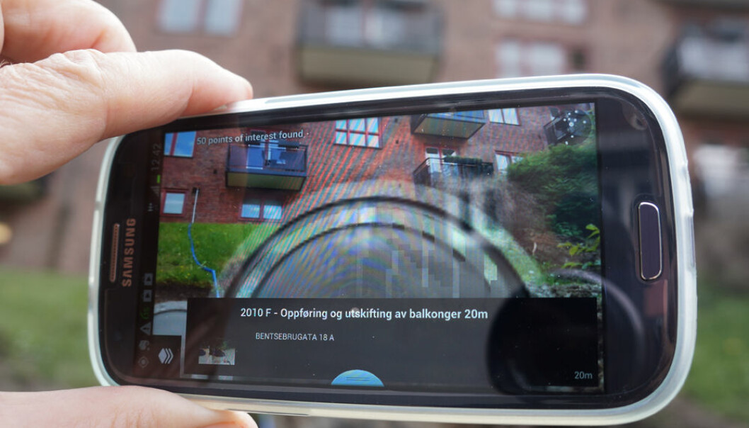 The smartphone app PlanAR runs within the app Layar, a free download for Android and iPhone. It projects casework from Oslo's Department of Urban Development as grey circles in front of the places where you point the phone. The larger the circle, the closer you are to the relevant spot. (Photo: Arnfinn Christensen, forskning.no.)