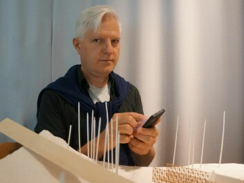 Andrew Morrison using the app Streetscape by a model at the Oslo School of Architecture and Design. (Photo: Arnfinn Christensen, forskning.no.)