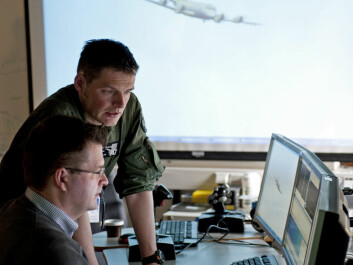 """Captain Per Orheim, from the 717 Squadron, and system developer Trond Lindberg from Teleplan Globe in the FFI combat laboratory, """"Battle Lab"""". (Photo: FFI)"""