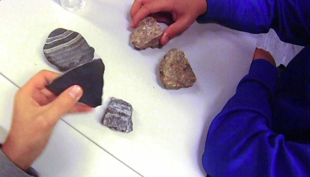 Pupils classifying rock samples. (Photo: Kari Beate Remmen)