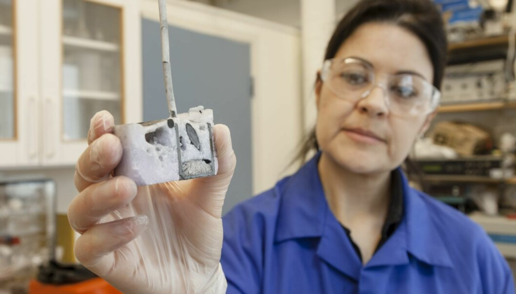 Ana María Martínez believes that high-temperature electrolysis can be used to recover rare earth metals from scrap. In this photo, she has just opened a crucible used in an electrolysis experiment. (Photo: SINTEF / Thor Nielsen)