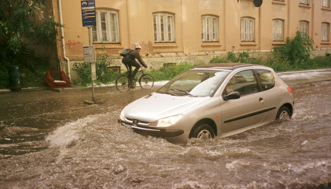 Flooding after a cloudburst of rain and hail in Oslo's Old City, 10 August 2001. (Photo: Katrine Nordli, Aftenposten)