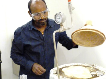 The inventor Asfafaw Tesfay in the process of baking injeras on his solar powered oven. (Photo: Dag Håkon Haneberg)