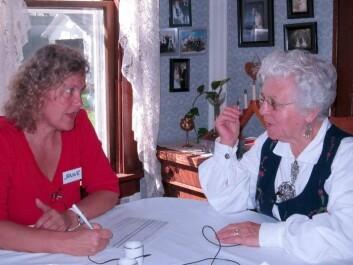 Janne Bondi Johannessen conversing with Emma, from Harmony, Minnesota. Emma is a third generation Norwegian American and spent her entire life on the family farm. (Photo rights: Janne Bondi Johannessen)