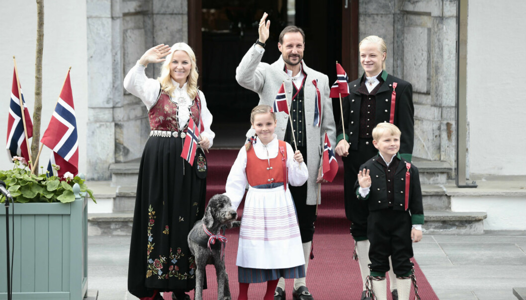 Crown Princess Mette Marit, Crown Prince Haakon, Marius Borg Høiby, Princess Ingrid Alexandra and Prince Sverre Magnus outside their home on Norwegian Constitution Day last year. All wearing 'bunads'.  (Photo: Stian Lysberg Solum, NTB scanpix)