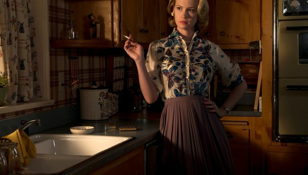 """Betty Draper stages herself in the kitchen on the TV series """"Mad Men"""". A perfect facade with realistic 1960s colouring camouflages an unhappy life. """"She is a housewife trapped in the kitchen who stares longingly through the window toward freedom,"""" says TV analyst Gry Rustad. (Photo: Album)"""