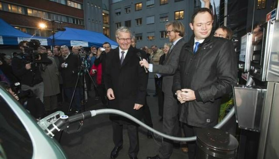 A hydrogen station is opened. From left: Oslo's Mayor Fabian Stang, master of ceremonies Ole Andre Sivertsen and Jakob Krogsgaard from the Danish firm H2 Logic, which built the hydrogen station. (Photo: SINTEF/Werner Juvik)