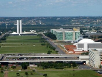 You have to see Brasilia from the air to sense the vision sought by Architect Oscar Niemeyer. Pedestrians on the street level struggle along endless avenues consisting of motorways of up to 12 lanes. (Photo: Heitor Carvalho Jorge, Creative Commons)