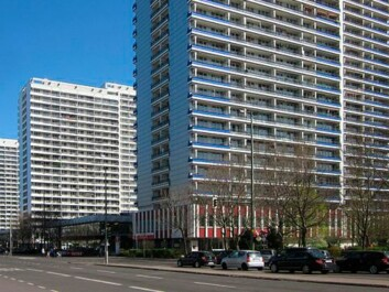 Modernism held sway in the 1960s with enormous high-rise blocks and main arterials between them, such as here at Leipziger Strasse in Berlin. This mode of thought often continues to prevail when new satellite towns are built round the world, according to the Danish architect, Jan Gehl. (Photo: Beek100, Wikimedia Commons)