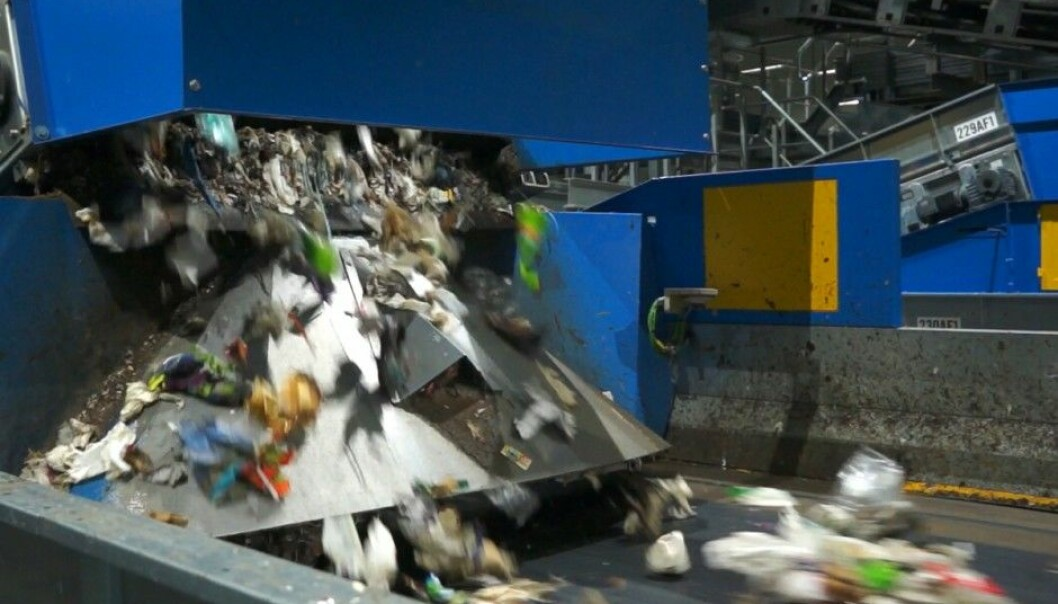 Ten tonnes of rubbish per hour are sorted into correct categories. Only two percent ends up in the wrong bins. (Photo:  Arnfinn Christensen, forskning.no)