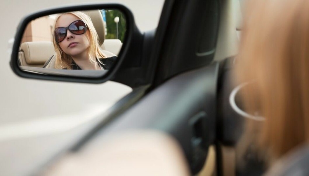 People who suffer hearing loss are more attentive and cautious when using roads than drivers whose hearing is not impaired.  When driving they need to be extra mindful of what is going on all around, including behind them in their rear-view mirrors. (Illustration photo: Colourbox)