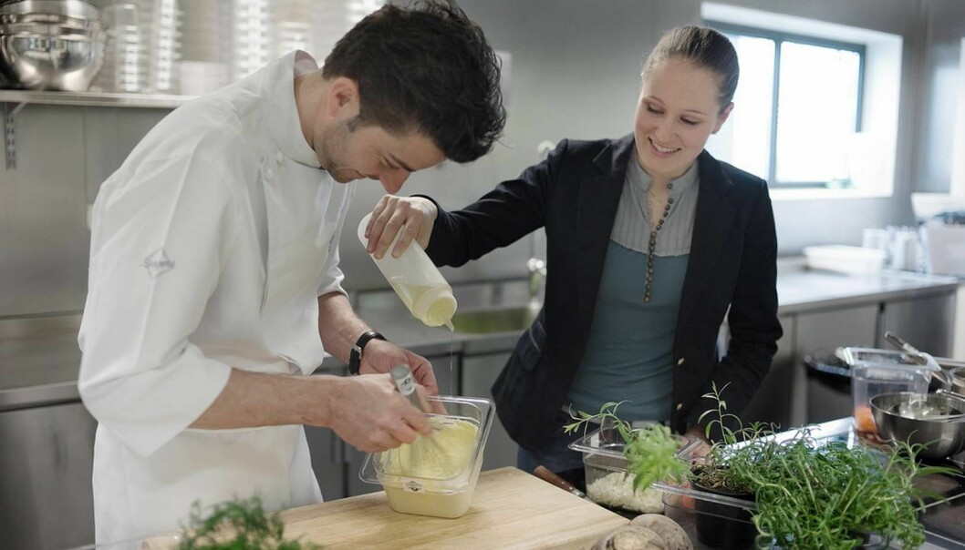 Chefs know how to make it- the sauce doctor has researched why it turns out the way it does. Guro Helgesdotter Rognså helps Daniel Rougé Madsen make mayonnaise. (Photo: Tommy Ellingsen, NTB scanpix)