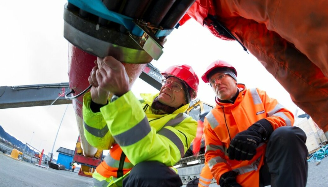 """The new pipes mean that we can measure fatigue development and thus get accurate estimates of pipeline lifetimes"""", says scientist Ole Øystein Knudsen (to the right). (Photo: Sintef)"""
