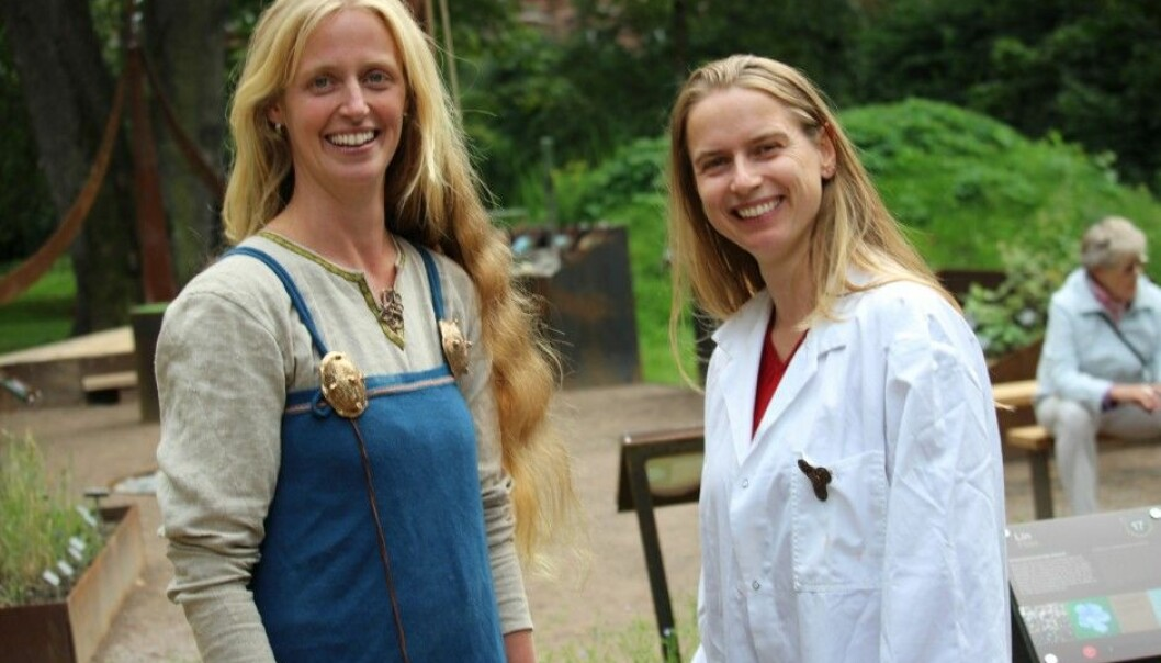 Anneleen Kool (left) has researched old plant DNA. Sanne Boessenkool has done research on penguins.  The two biologists are now engaged in studying how the Vikings spread biological material outside of Norway. (Photo: Dag Inge Danielsen)