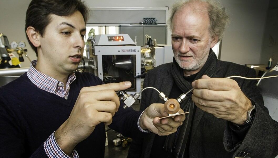 Leander Michels (left) and Jon Otto Fossum hold the chamber they use to study clay samples. They use X-rays to measure how much CO2 is contained in the clay. (Photo: Per Harald Olsen, NTNU)