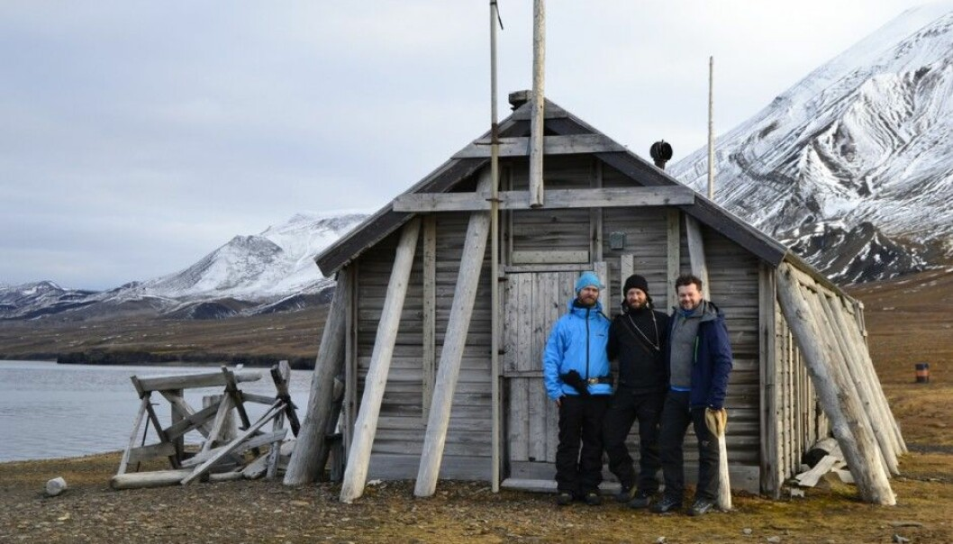 The 3D team in front of the abandoned whaling cabin on Ingebrigtsenbukta. From the left: André Gali, Trond Kasper Mikkelsen and Jan Dyre Bjerknes. (Photo: Trond Kasper Mikkelsen)