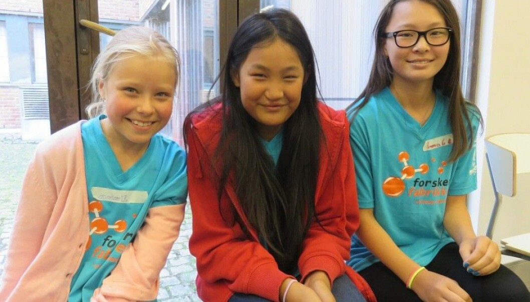 Anine Wiik Nilsen (9), Elise Bremer (10) and Amalie Ruthenbeck (12) have chosen to spend some of their summer holiday to learn more about the sciences. (Photo: Nora Heyerdahl)