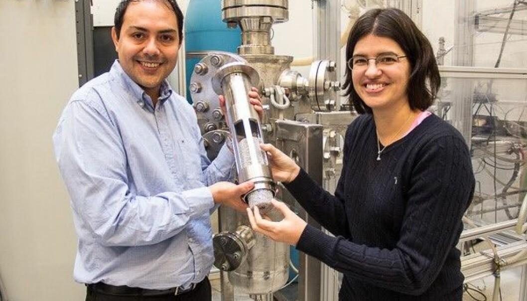 Carlos Dorao and Maria Fernandino with a model of their hybrid centrifuge, called a Lynx Separator. (Phto: NTNU/Maren Agdestein)