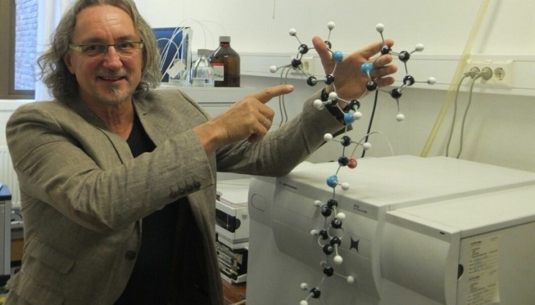 Pål Rongved with a sphere model of the molecule on which he pins great hopes. (Photo: Norunn K. Torheim)