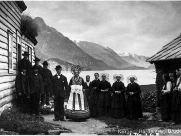 Photograph of a wedding procession from around 1890. By then the custom of bride gifts had diminished, but the beautiful folk costumes were retained. (Photo: Axel Lindahl. Used with permission from Norwegian Folk Museum)
