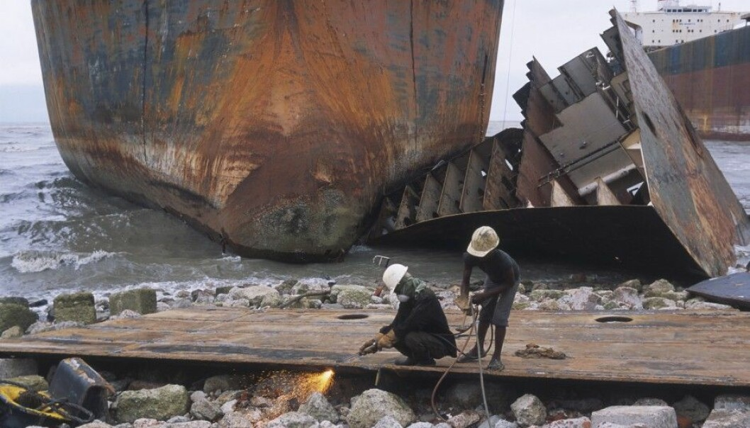 Workers at shipbreaking space at Chittagong in Bangladesh. NILU's measurements show high levels of pollutants in the air. (Photo: AKG-images)