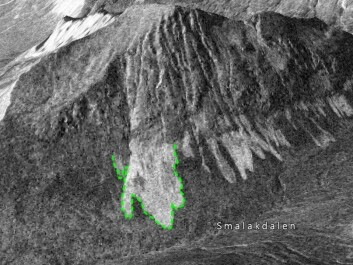 The green line shows where researchers have traced the outline of the avalanche at the base of the slide. The image shows how the avalanche stands out against the contrast of the surrounding snowpack. The undisturbed snowpack reflects radar poorly so that it looks darker in the images. (Photo: Norut)