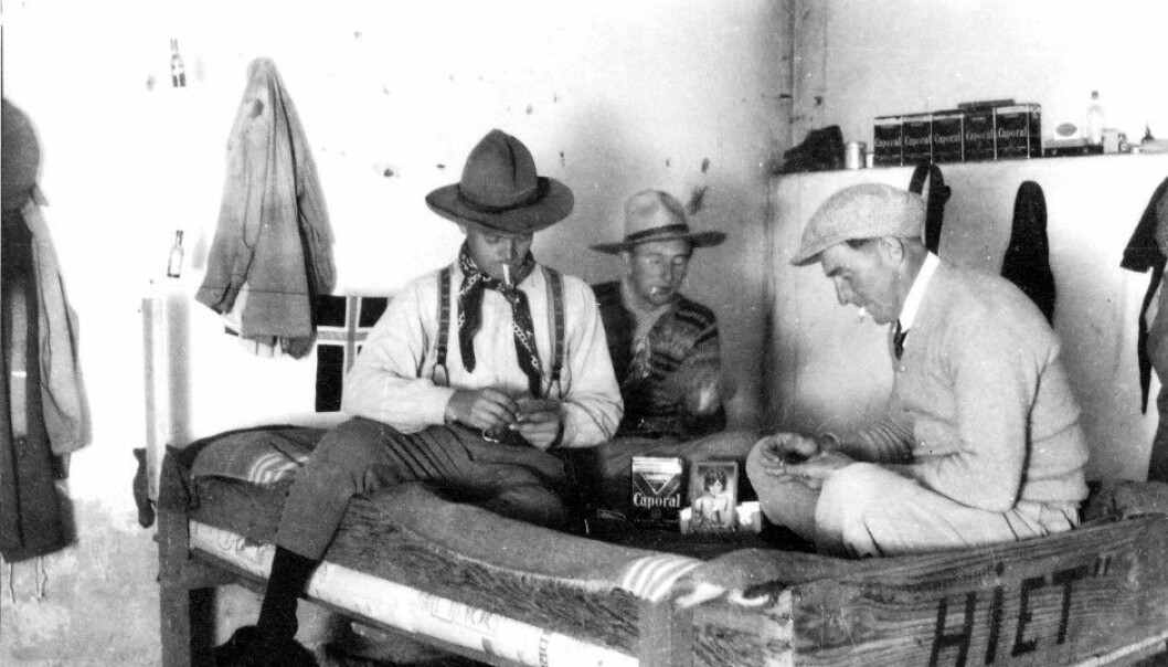 Ole Viborg Høiby (left) is playing card with Ottar Enger and Olav Gjøvdal while staing at the farm in Argentina. (Photo: private)