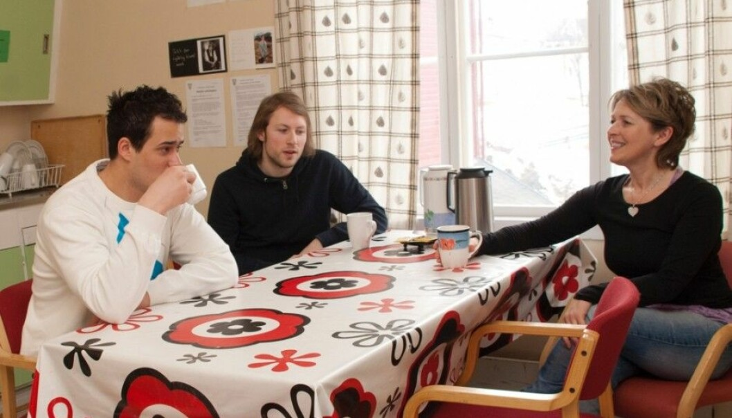 A few years ago, Kevin Nystad, on left, was alone and on the run from violence and threats. When social worker Marianne Andreassen, on right, came to his house, it completely changed his situation. He became an apprentice in Sortland municipality. Here they are sitting together with Øystein Bjørnstad Lindbeck, who also works on the project in Sortland. (Photo: Hanne Løkås Veigaard)