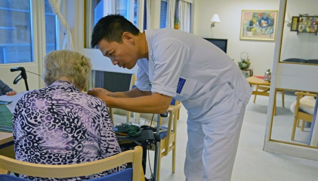 As seniors become steadily sicker, elderly care becomes more demanding. Nurse Oliver Li has expertise in palliative care in the last stages of life, and would like more people to get training. (Photo: Ida Kvittingen, forskning.no)