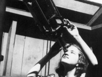 Vera Rubin looks through a telescope at Vassar College around 1947. In her career as an astrophysicist, she made several discoveries that would have profound implications for physics. For example, enormous amounts of matter in the universe appear to be missing. (Photo: Science Photo Library / NTB Scanpix)