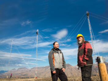 The new radar facility SuperDARN in Svalbard was installed by the physicists themselves this summer. SuperDARN enables measurement of the ionosphere in the polar regions. From left: Dag Lorentzen from the University Centre in Svalbard and Chris Thomas from the University of Leicester, UK. Photo: Yngve Vogt