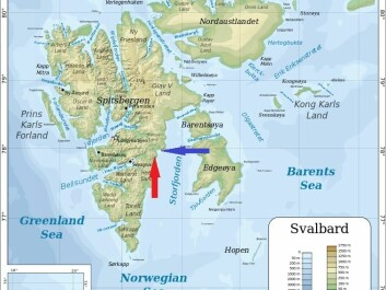 The red arrow points to where the fossil was discovered and the blue one indicates where dinosaur footprints have been found. (Map: Oona Räisänen/Wikimedia Commons/Edited by forskning.no)