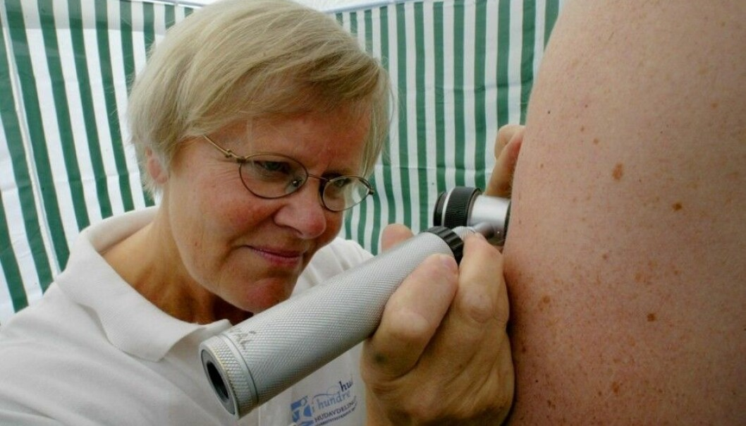 Melanoma rates among Norwegian men are rising more sharply than for any other cancer, while among women, melanoma is second only to lung cancer when it comes to rates of increase. Melanoma is also one of the cancers for which immunotherapy works. Here, Eli Johanne Nordal, a senior consultant at Oslo University Hospital, checks a swimmer's moles for malignancies during an event sponsored by the Norwegian Cancer Society. (Photo: Olav Olsen, Aftenposten)